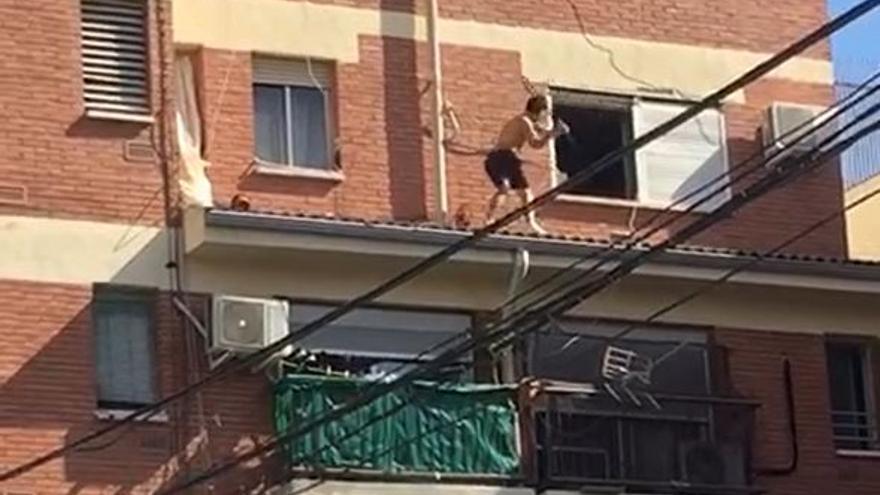 El sospechoso de apuñalar a un joven en Molina huye de la Policía por la cornisa de un edificio