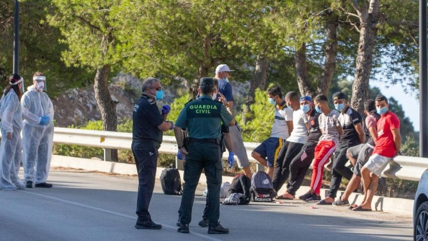 Llega una patera con diez inmigrantes a la cala del Moraig de Benitatxell