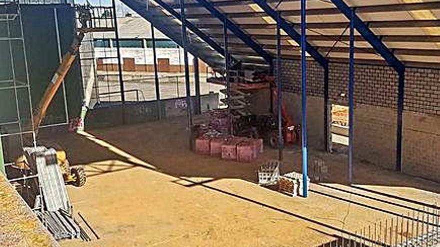 Aspecto de las obras de cerramiento del frontón municipal de La Rosaleda.