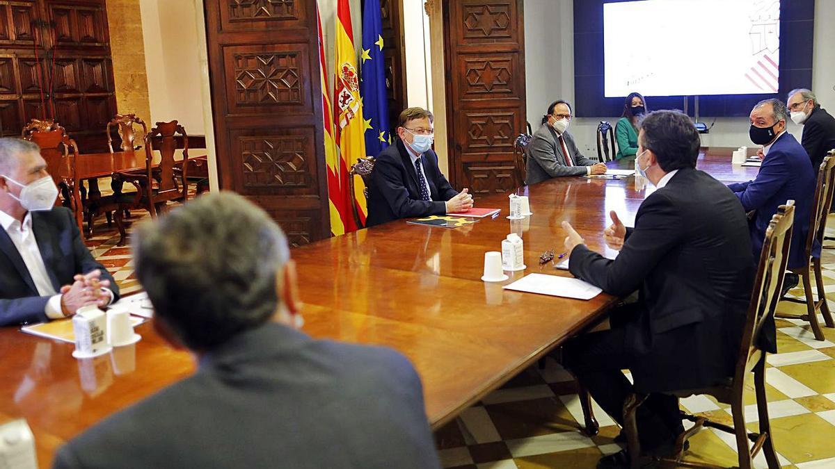 Reunión de Ximo Puig y tres consellers con los representantes de la CEV, ayer. | MIGUEL ÁNGEL MONTESNOS