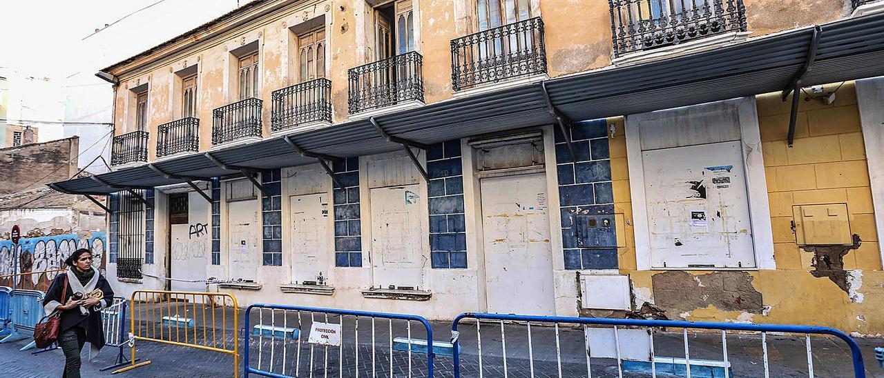 Imagen de 2017 del edificio protegido de la Posada del Parejo, antes de que se instalara un andamiaje de protección de la fachada.    TONY SEVILLA