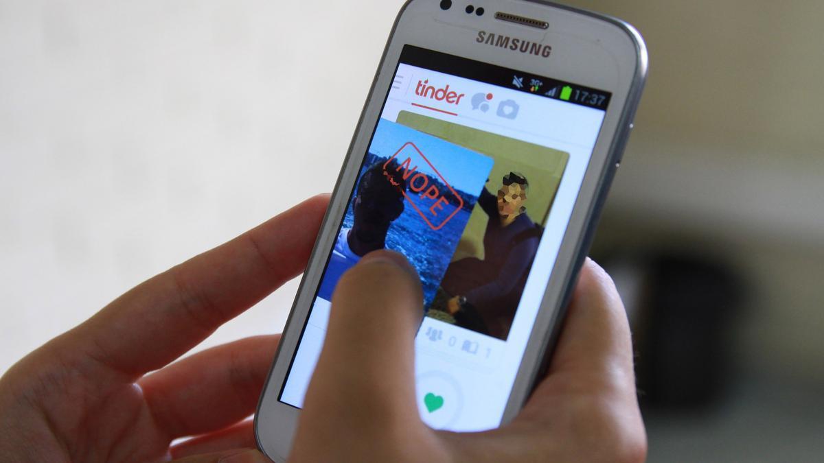 """A juicio por vengarse de un ligue de Tinder: lo anunció en webs como """"chico de compañía"""""""