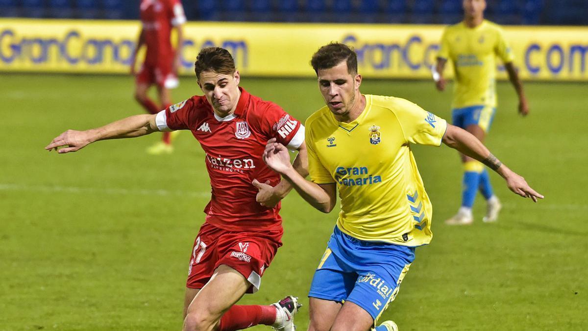 Christian Rivera pugna por el balón con un jugador del Alcorcón, el pasado 16 de diciembre en el Gran Canaria.