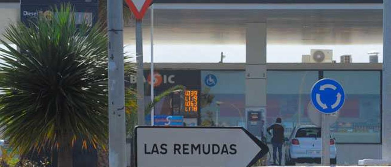 Al fondo, la gasolinera de Repsol en Las Remudas.