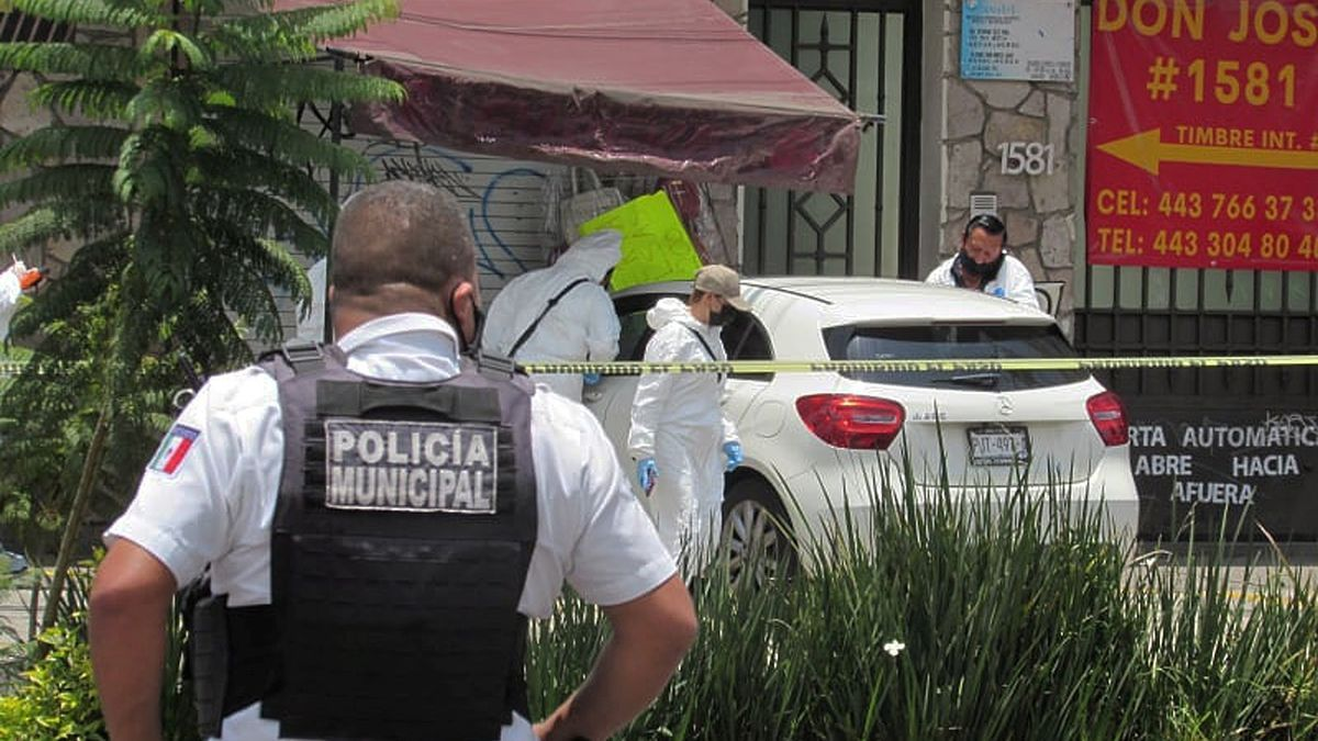 La policía acude al lugar del asesinato.