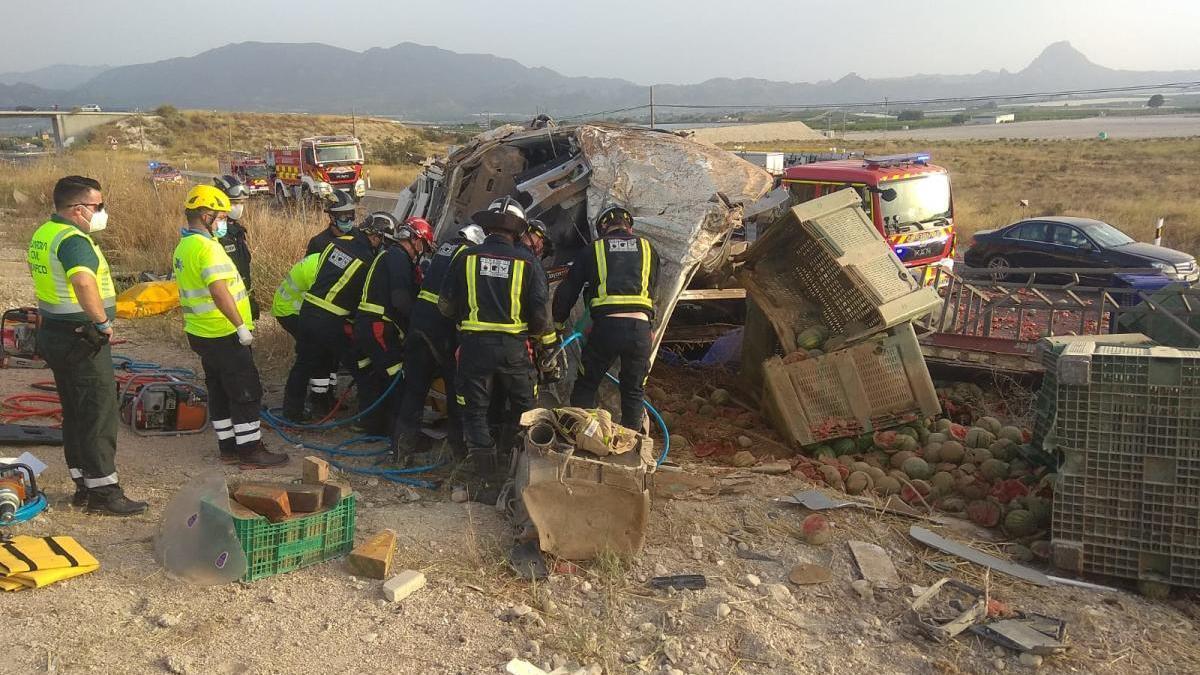 Herido grave el conductor de un camión tras volcar en Cieza