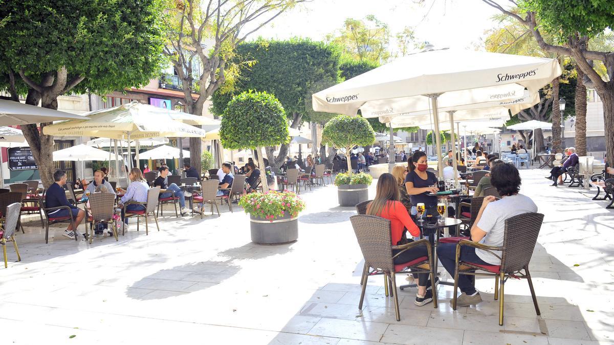 Terraza llena en la Plaza Eras de Santa Lucía, Elche