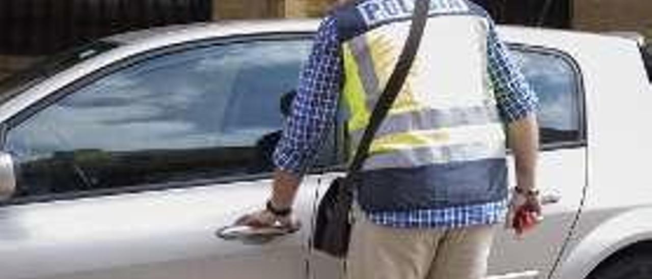 Agentes durante un registro en Oviedo.