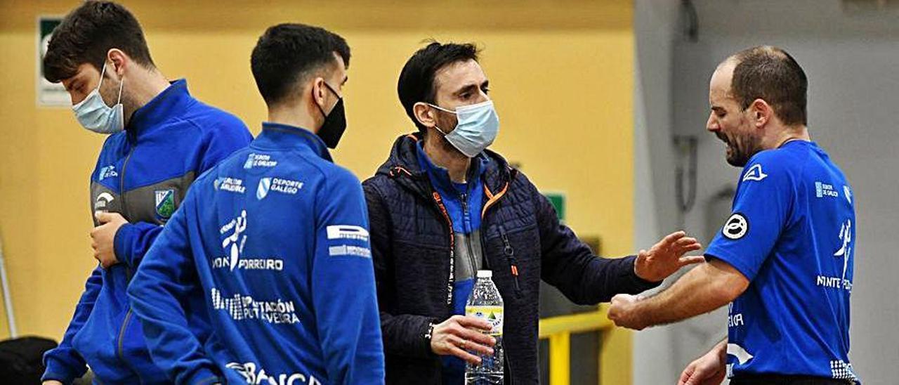 Nando Álvarez dando instrucciones al equipo.    // GUSTAVO SANTOS