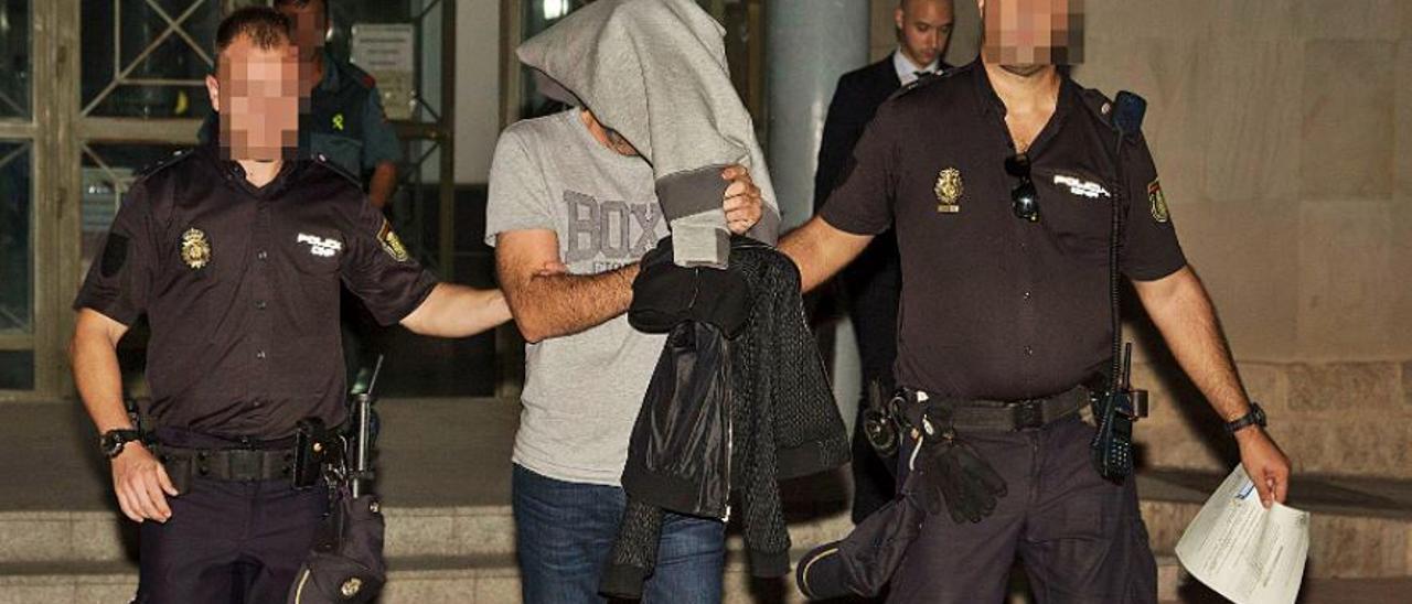 El presunto jefe de la red de narcotráfico y blanqueo, Juan Andrés C., saliendo de los juzgados de Alicante en 2019.