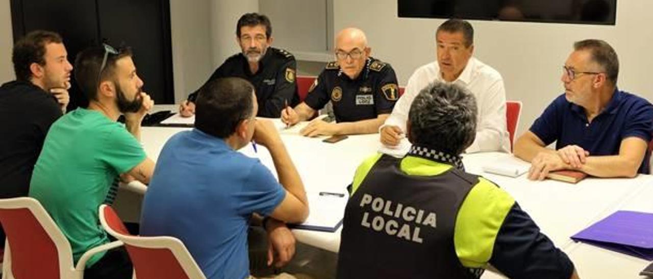 Imagen de la reunión con las peñas y los mandos policiales y municipales, ayer en el consistorio.