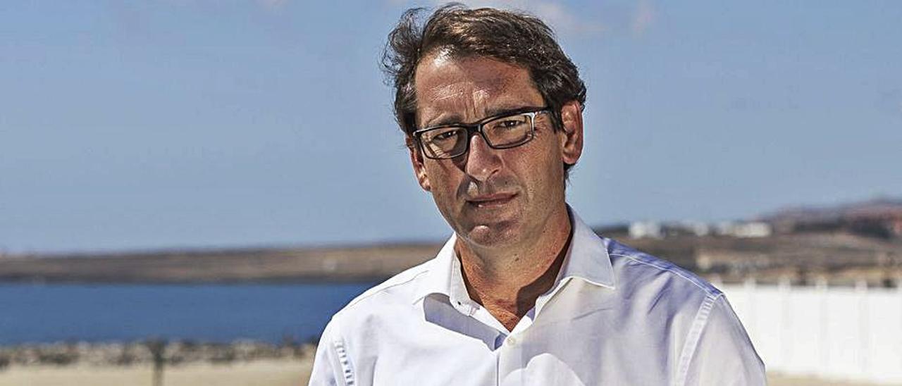 Iñaki Álvaro Lavandera, diputado regional, en la avenida marítima de Puerto. | | FUSELLI