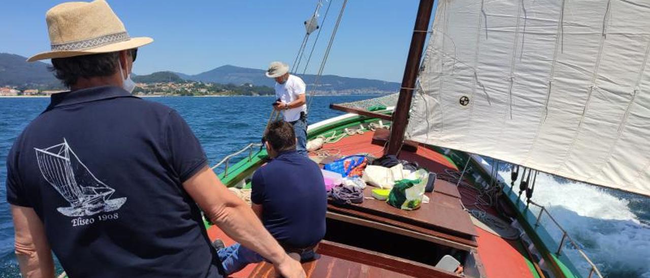 Integrantes de Sueste navegando hacia Moaña.   | SUESTE