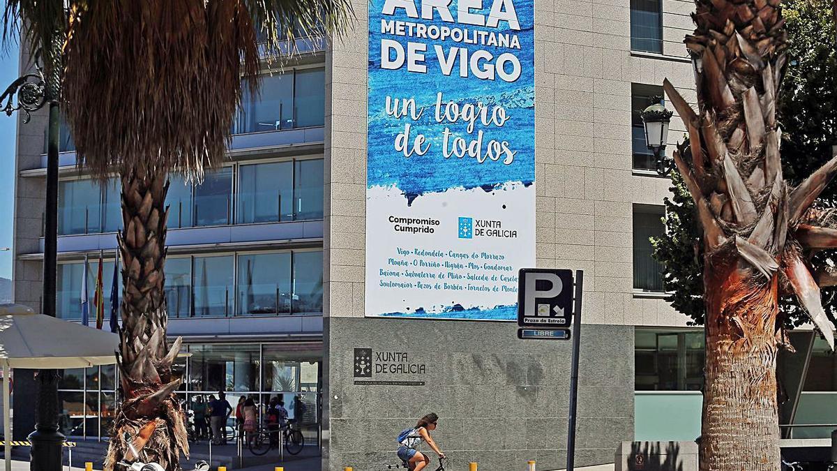 Un cartel sobre el Área Metropolitana de Vigo en el edificio administrativo de la Xunta en Vigo. |   // M.G. BREA