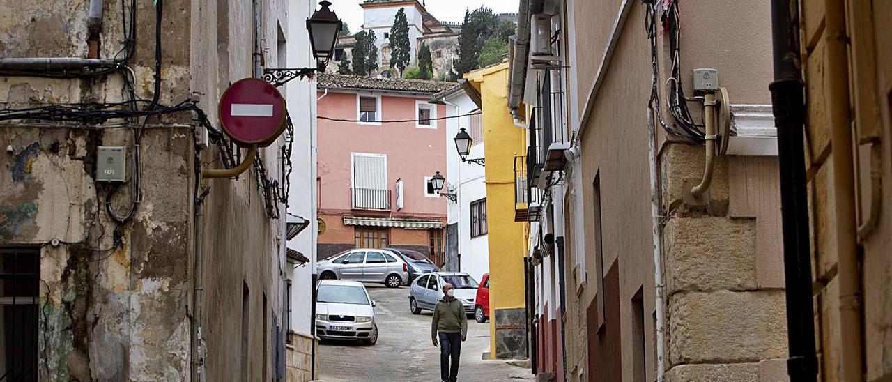 Un hombre pasea por una calle del casco antiguo de Xàtiva, en una imagen de archivo   PERALES IBORRA