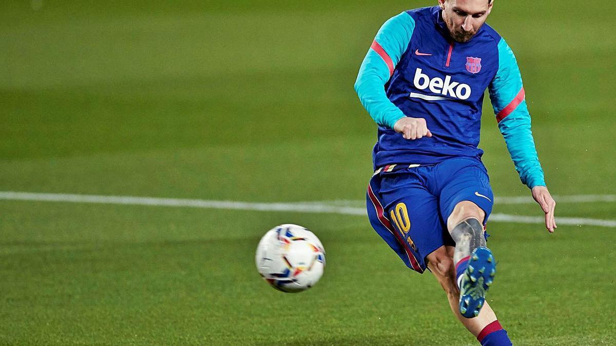 Messi golpea el balón durante un calentamiento en el Camp Nou. |  // EFE