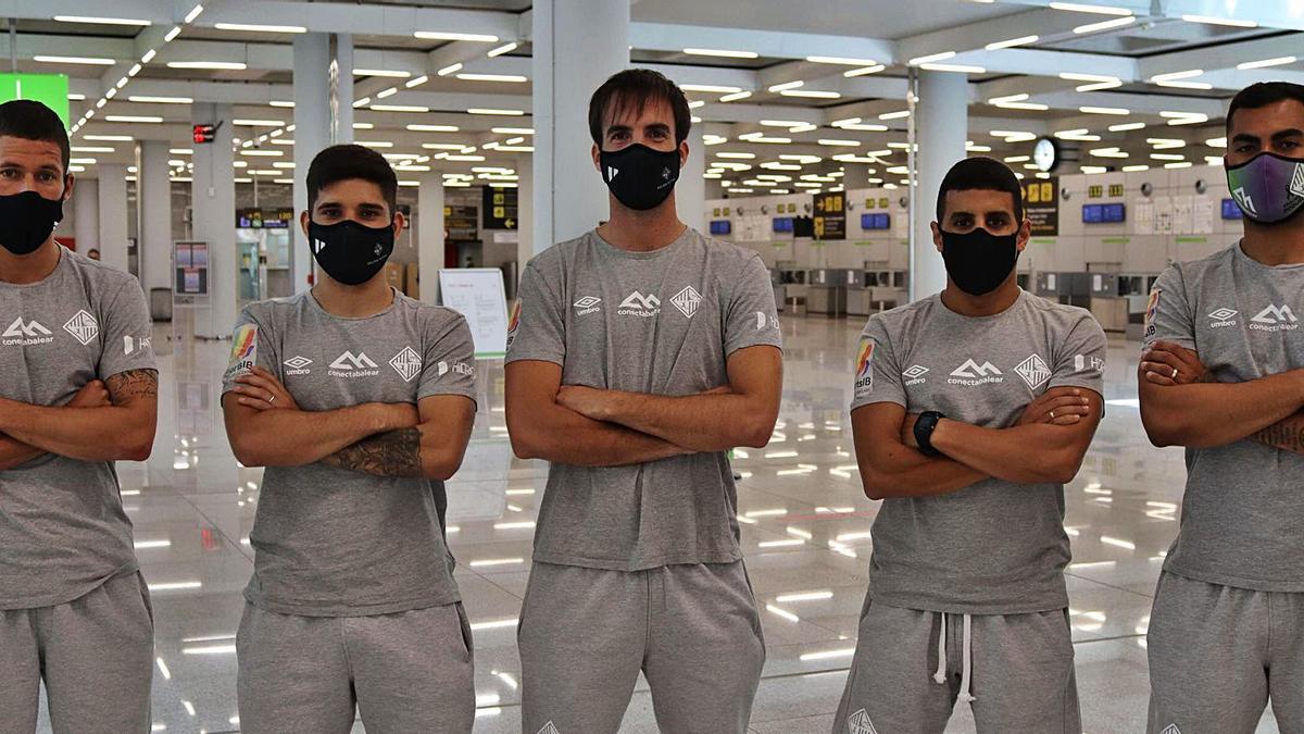 Raúl Campos, Claudino, Barrón, Hamza y Nunes posan en el aeropuerto de Son Sant Joan antes de volar hacia Jaén.