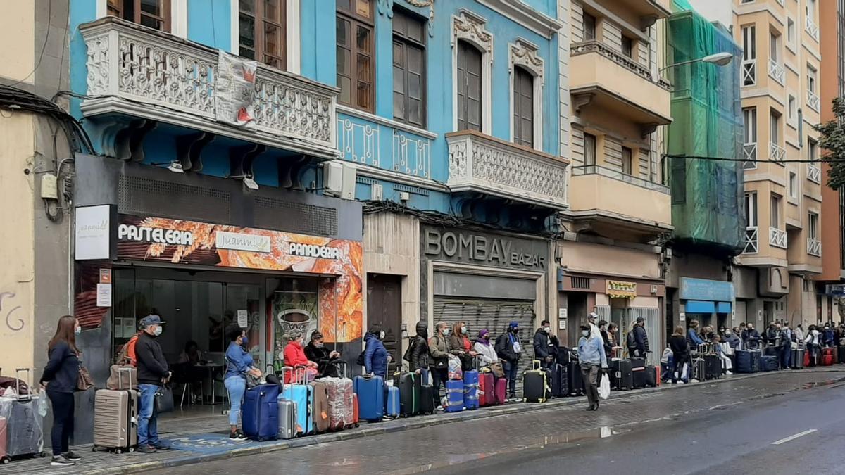 Cola de viajeros procedentes de Santo Domingo en la calle Albareta, en tránsito hacia Madrid