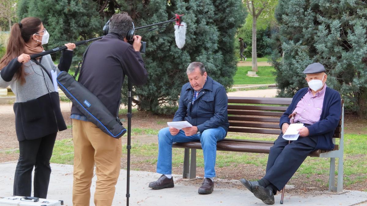 Usuarios de la residencia Savia en Castelló participan en un documental del IES Bovalar sobre violencia de género.