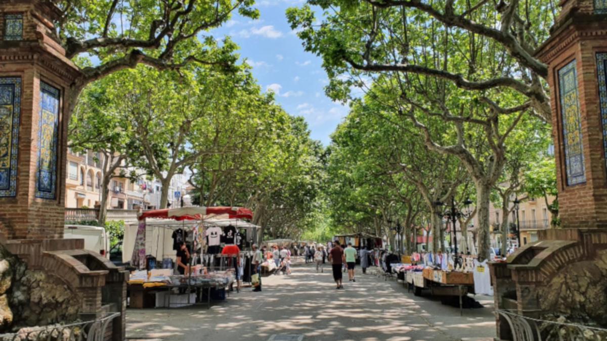 Pla general del mercat setmanal al passeig de la Indústria de Berga. (Horitzontal)