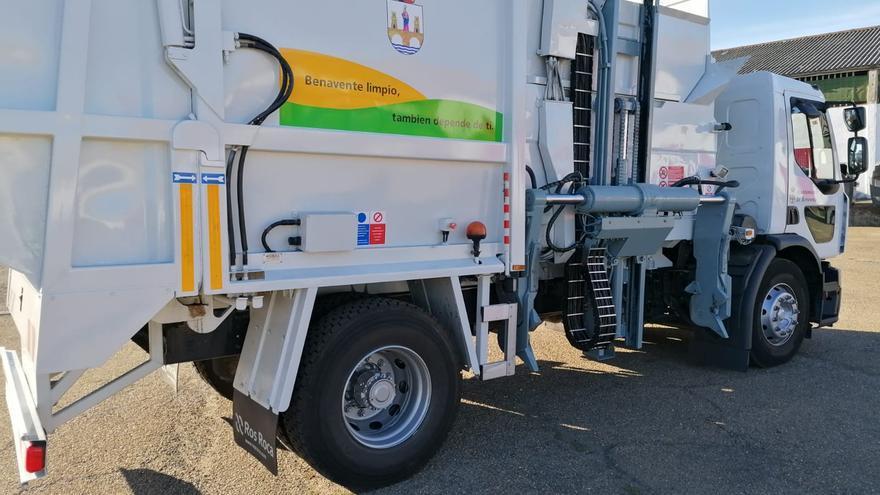 El servicio de recogida de basuras de Benavente incorpora un segundo camión de carga lateral