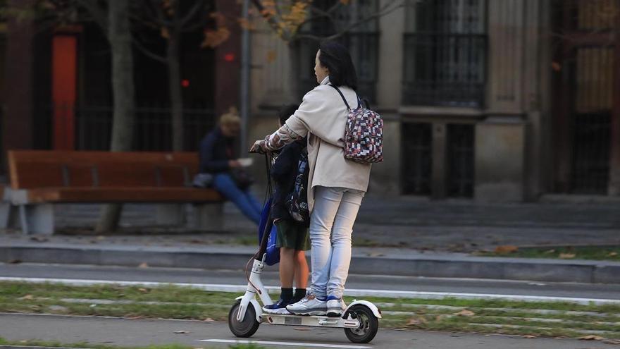 La DGT prohibirá que vayan dos personas en un patinete eléctrico