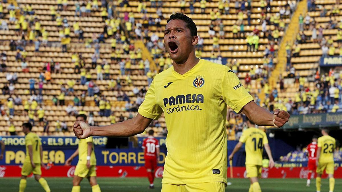 Carlos Bacca celebra un gol ante el Sevilla, el pasado 16 de mayo en la Liga.    GABRIEL UTIEL BLANCO