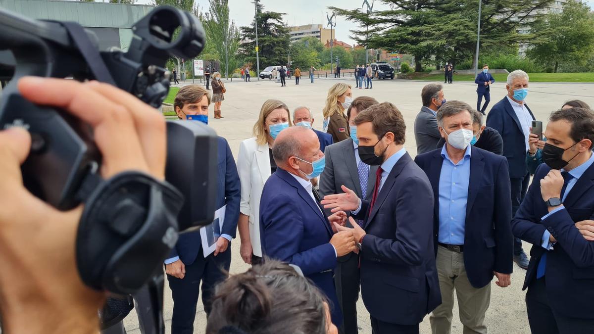 Barrios saluda a Casado en la convención del PP en Valladolid.