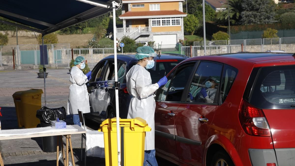 Dos enfermeras toman sendas muestras a dos personas que acudieron en coche a hace la prueba del covid.