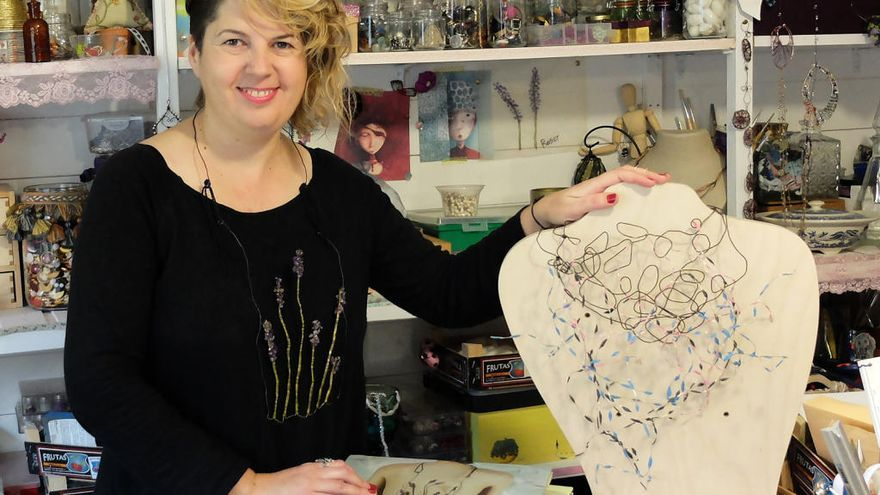 Art, moda i Guinovart s'uneixen a la galeria Lola Ventós de Figueres