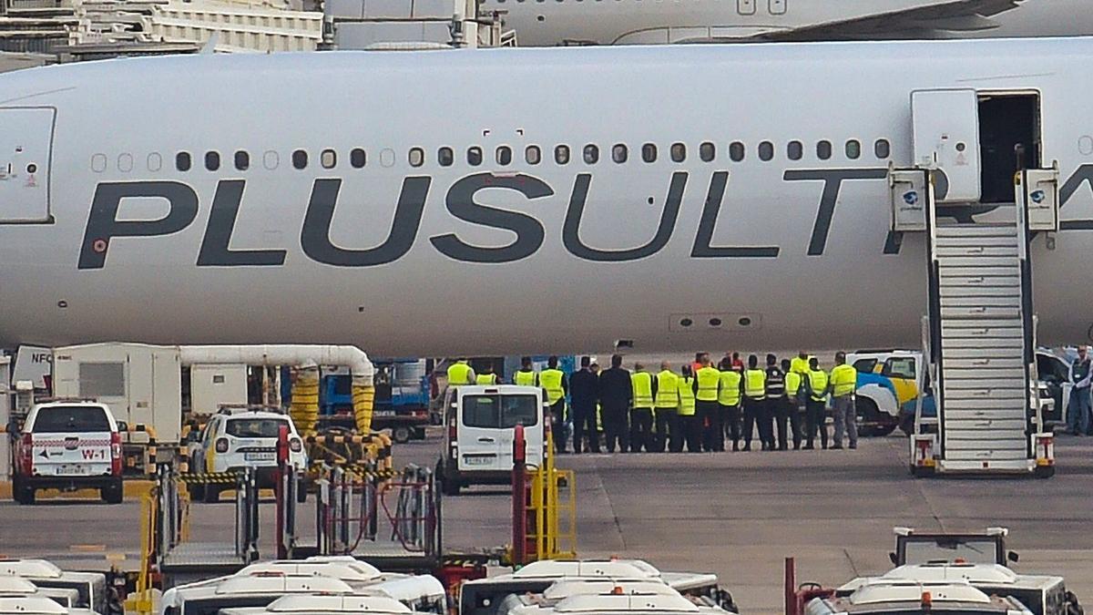 El avión de Plus Ultra tras aterrizar en el aeropuerto de Gran Canaria el 11 de abril con el material sanitario adquirido en China.
