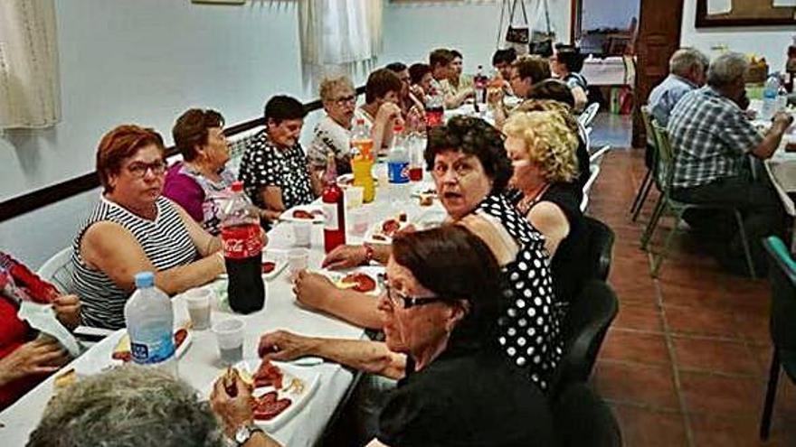 Participantes en la degustación gastronómica organizada en Tábara con motivo de Santa Ana.