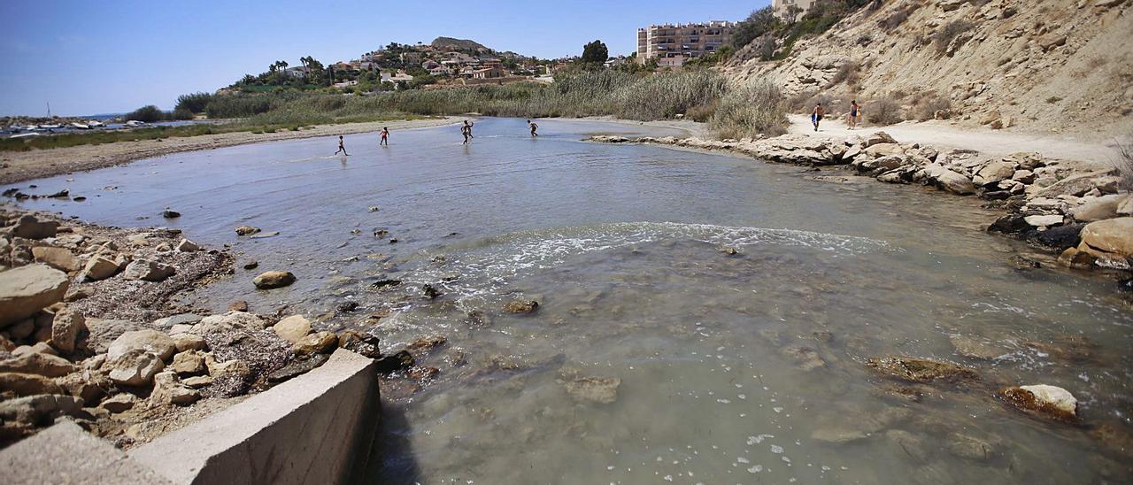 El baño en Cala Baeza está desaconsejado desde 2014 y prohibido desde el pasado año por los vertidos de fecales.   RAFA ARJONES