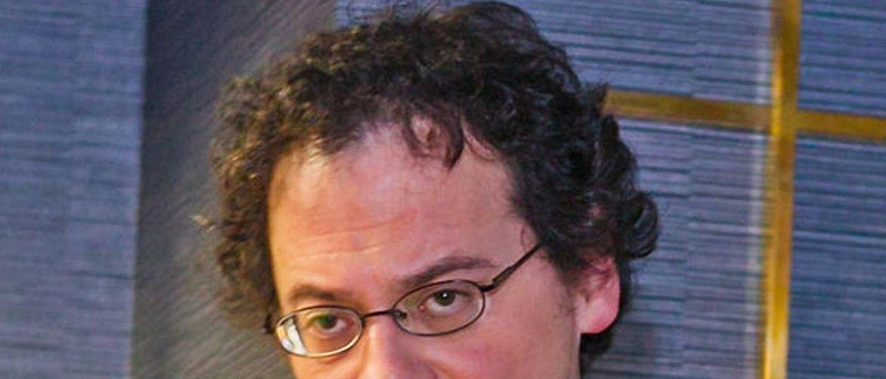 El profesor César Casimiro Elena.