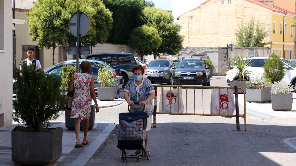 Varios vecinos de Íscar pasean por sus calles