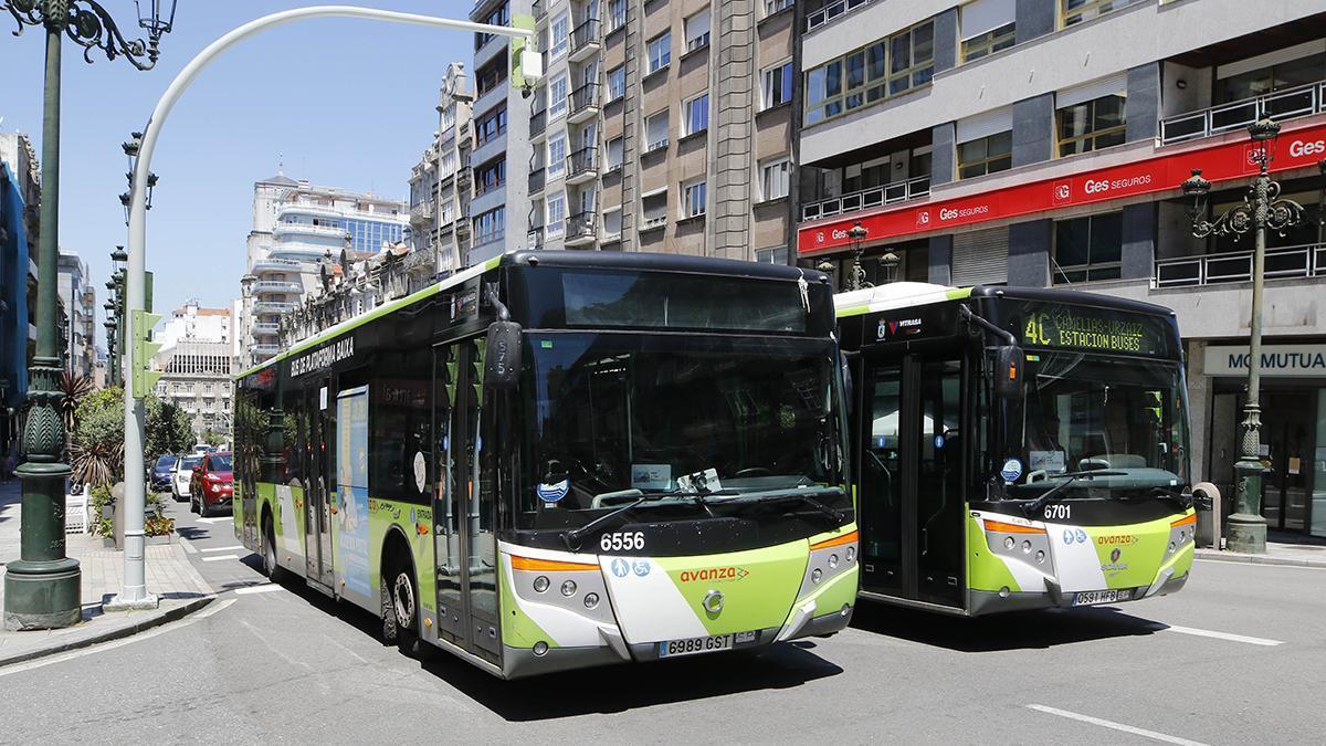 Dos autobuses de Vitrasa.
