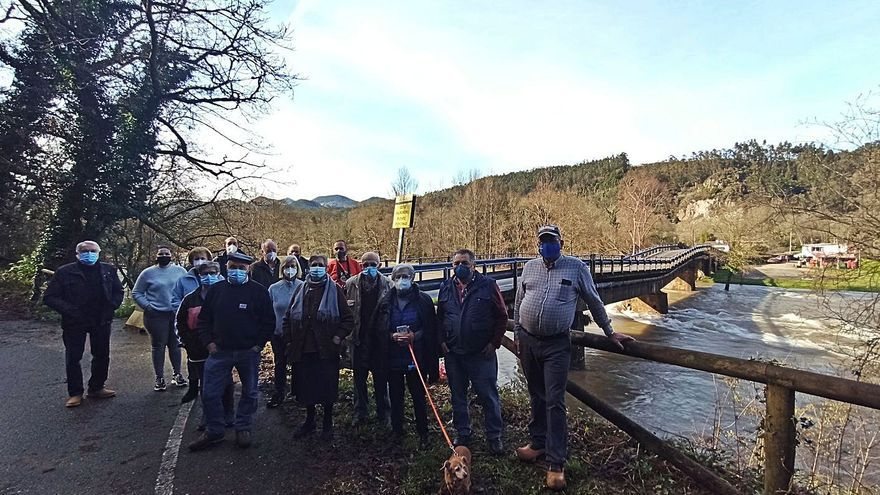 """El puente de Quinzanas, como un """"tobogán"""" tras hundirse una pilastra en el río Narcea"""