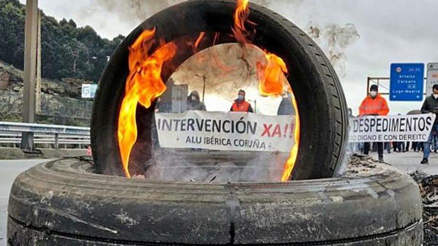 Protesta ante la fábrica de Alu Ibérica, el martes. |   // L.O.