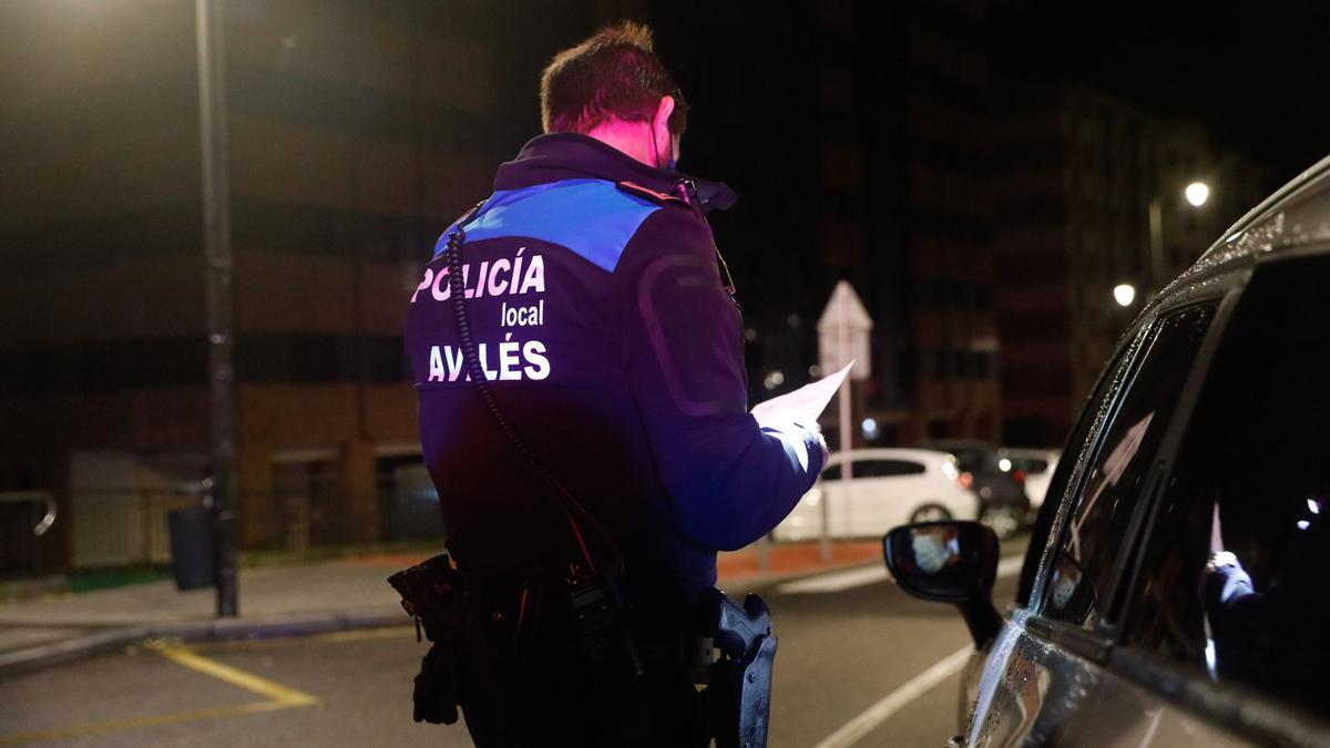 Agentes de la Policía Local de Avilés durante un control