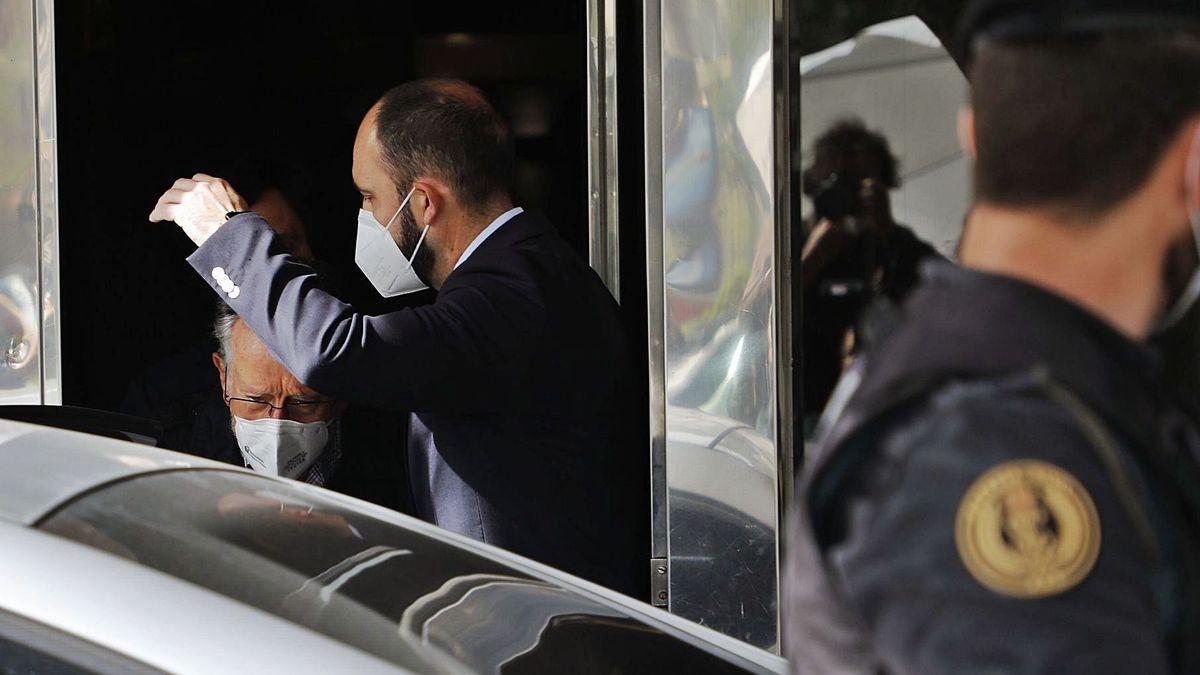El ex vicealcalde de València, Alfonso Grau, abandona su vivienda tras nueve horas de registro.