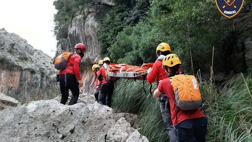 Los Bombers de Mallorca auxilian a una barranquista herida en sa Fosca