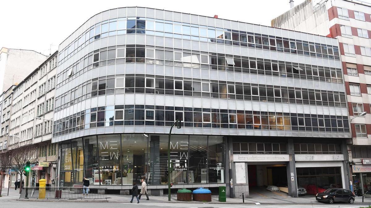 Edificio del antiguo concesionario de Citroën en la avenida de Oza