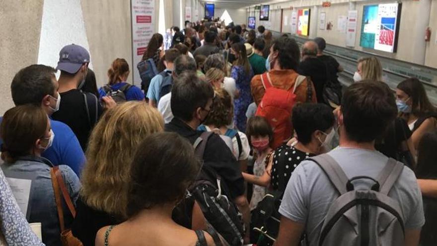 Colapso de pasajeros en los filtros sanitaros del aeropuerto de Palma