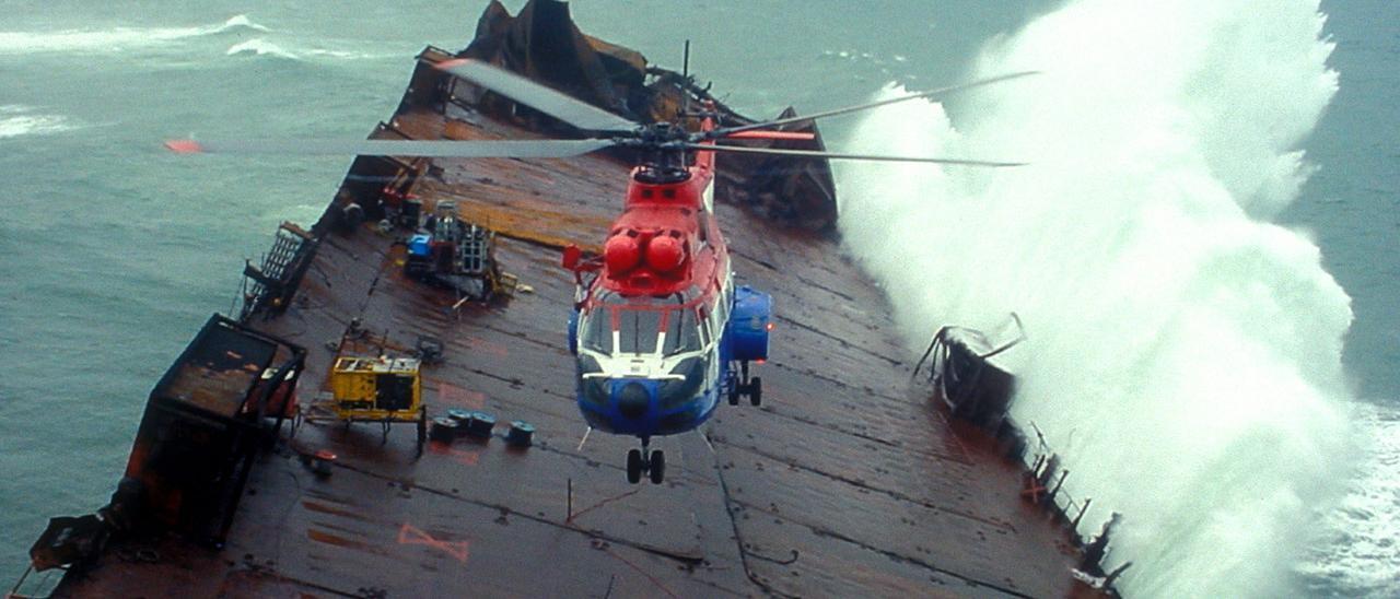 """El helicóptero de Salvamento Marítimo en la cubierta del """"Prestige"""" poco tiempo antes de su hundimiento"""