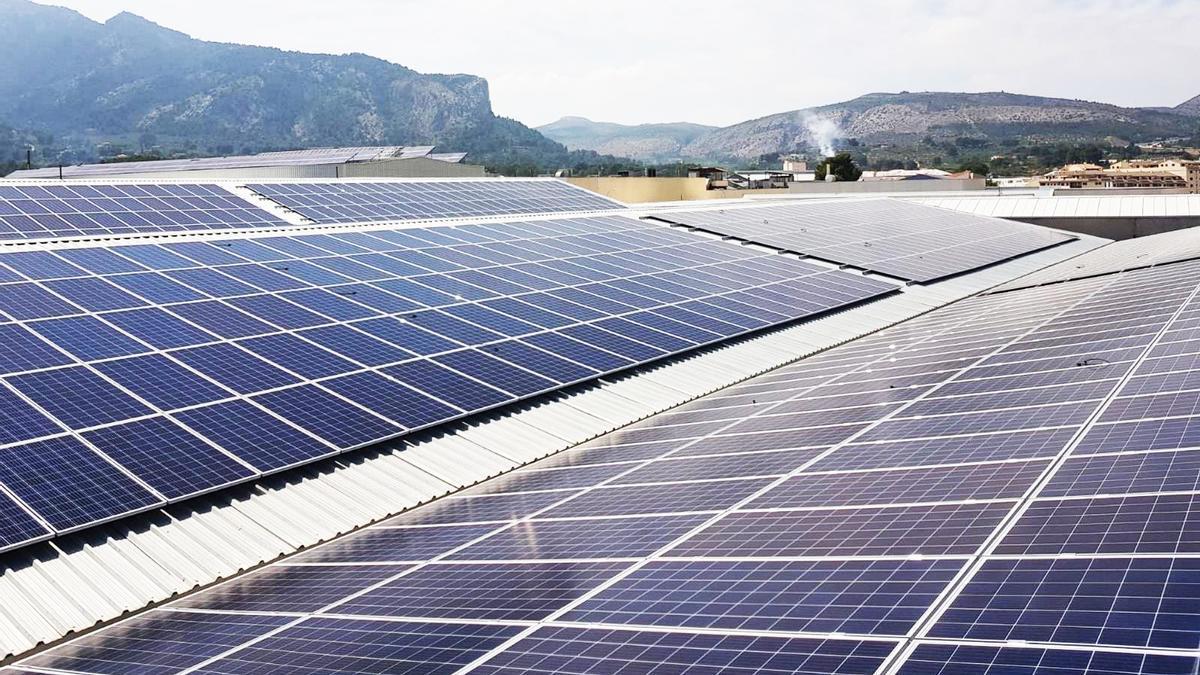 Placas solares en la cubierta de Hilados Benisaidó – Muro de Alcoy.