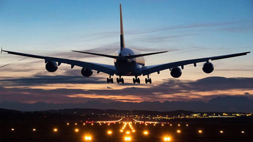 Un enfermero salva la vida de una mujer en pleno vuelo