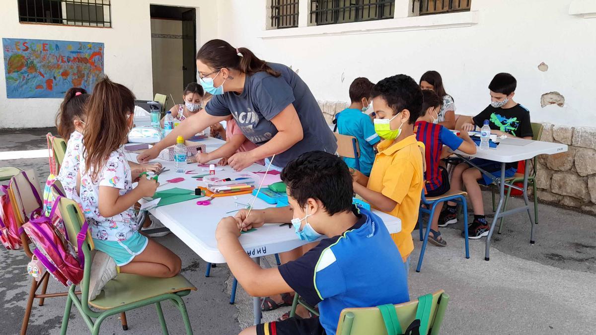 Un grupo de niños participantes en la escuela de verano de Cabra.