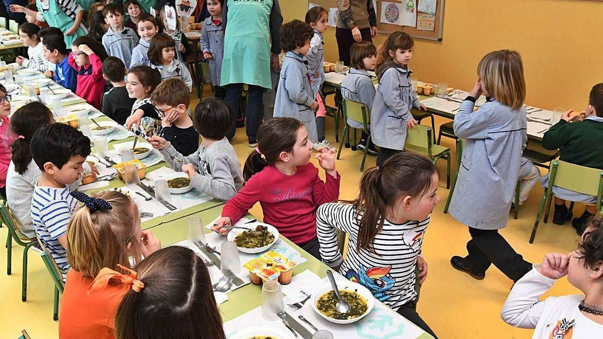 Estudiantes y familiares comen juntos en el colegio público Zalaeta, en un actividad de 2017.