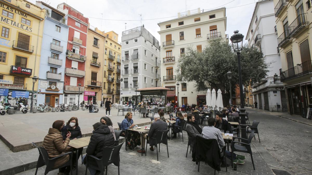 Imagen de archivo de una terraza ubicada en una plaza del centro histórico de València.