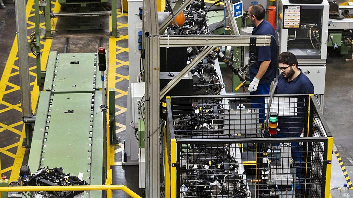 Trabajadores en la planta de motores de Ford Almussafes. | GERMÁN CABALLERO